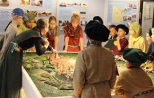 Jäljekütid muuseumitunnis maketisaalis linnavaadetega