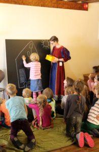 Muuseumitunnis joonistame tahvlile ühiselt keskaegse maja
