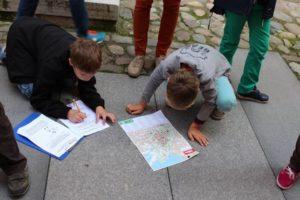 Orienteerumismängus avastavad õpilased kaardi abil Tallinna vanalinna