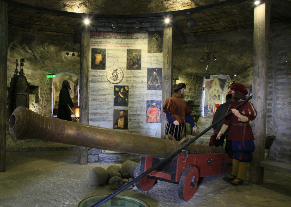 В экспозиции представлены доспехи средневековых воинов.