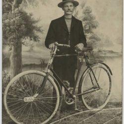 Fotograaf H. Silk jalgrattaga. Holstres 1929-1930. aastad.