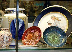 Linnamuuseumi keskaegses keldris näeb muuseumikogu keraamikat ja metallesemeid