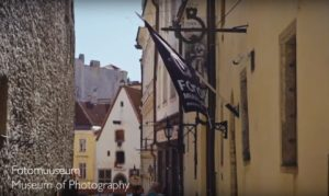 Vaata Fotomuuseumi värsket reklaamklippi romantilisest Raekoja tänavast