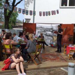 Vaimutoidukohvik-Kalamaja-muuseumi-hoovis_19.05.2019_Jan-Kaus-loeb-Dovlatovit4-1024x498